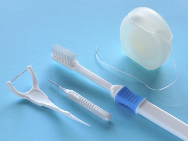 歯間ブラシで歯の隙間もきれいに
